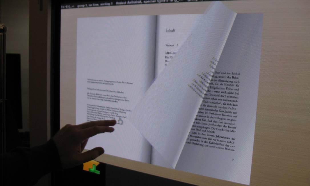 Vendedor demonstra o TouchMe, aparelho para leitura eletrônica Foto: Miguel Conde / Agência O Globo