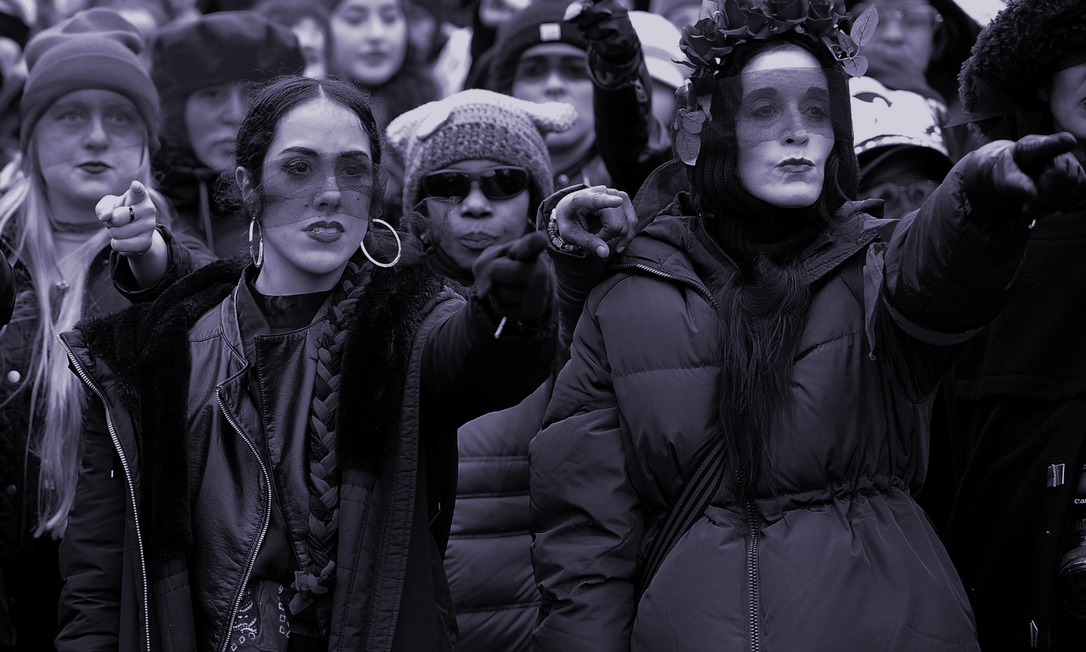 Mulheres fazem a performance 'Un violador en tu camino', criada pelo coletivo feminista Las Tesis, durante a Marcha das Mulheres em Washington, em janeiro de 2020 Foto: Reuters/Mary F. Calvert