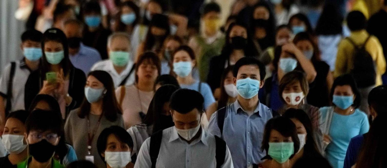 Passageiros usam máscaras em estação de trem lotada em Bangcoc, na Tailândia; possibilidade de reinfecção reforça recomendação de que pacientes curados da Covid-19 usem equipamentos de proteção e pratiquem o distanciamento social Foto: MLADEN ANTONOV / AFP