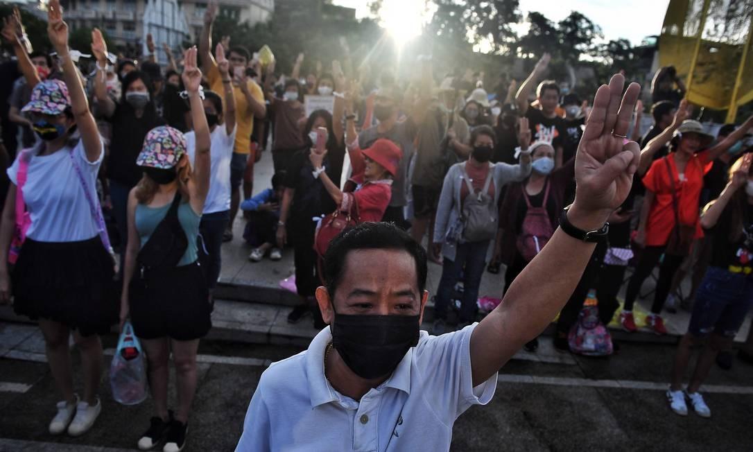 Manifestantes tailandeses pró-democracia em um protesto em Bangcoc Foto: Lillian Suwanrunpha / AFP