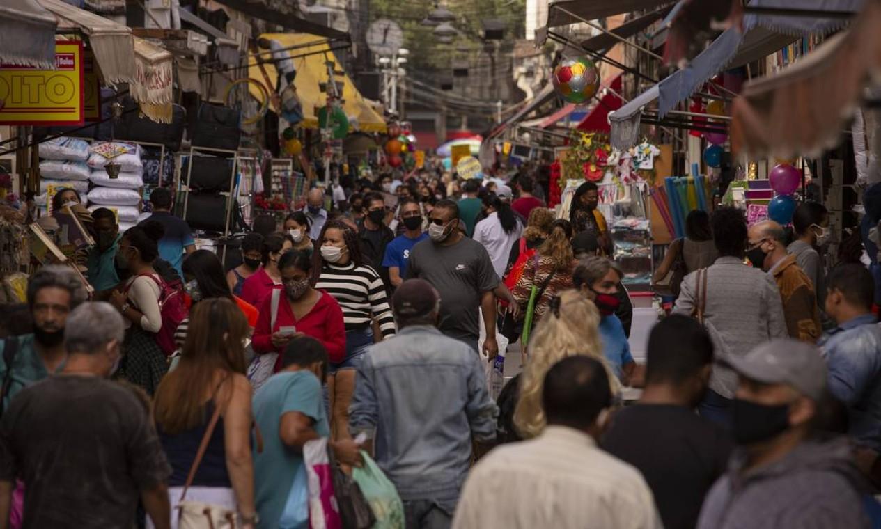 Rua da Alfândega, no Centro, bastante movimentada na tarde desta terça-feira (25). Um estudo da UFRJ aponta aumento da transmissão da Covid-19 na cidade do Rio Foto: Gabriel Monteiro / Agência O Globo