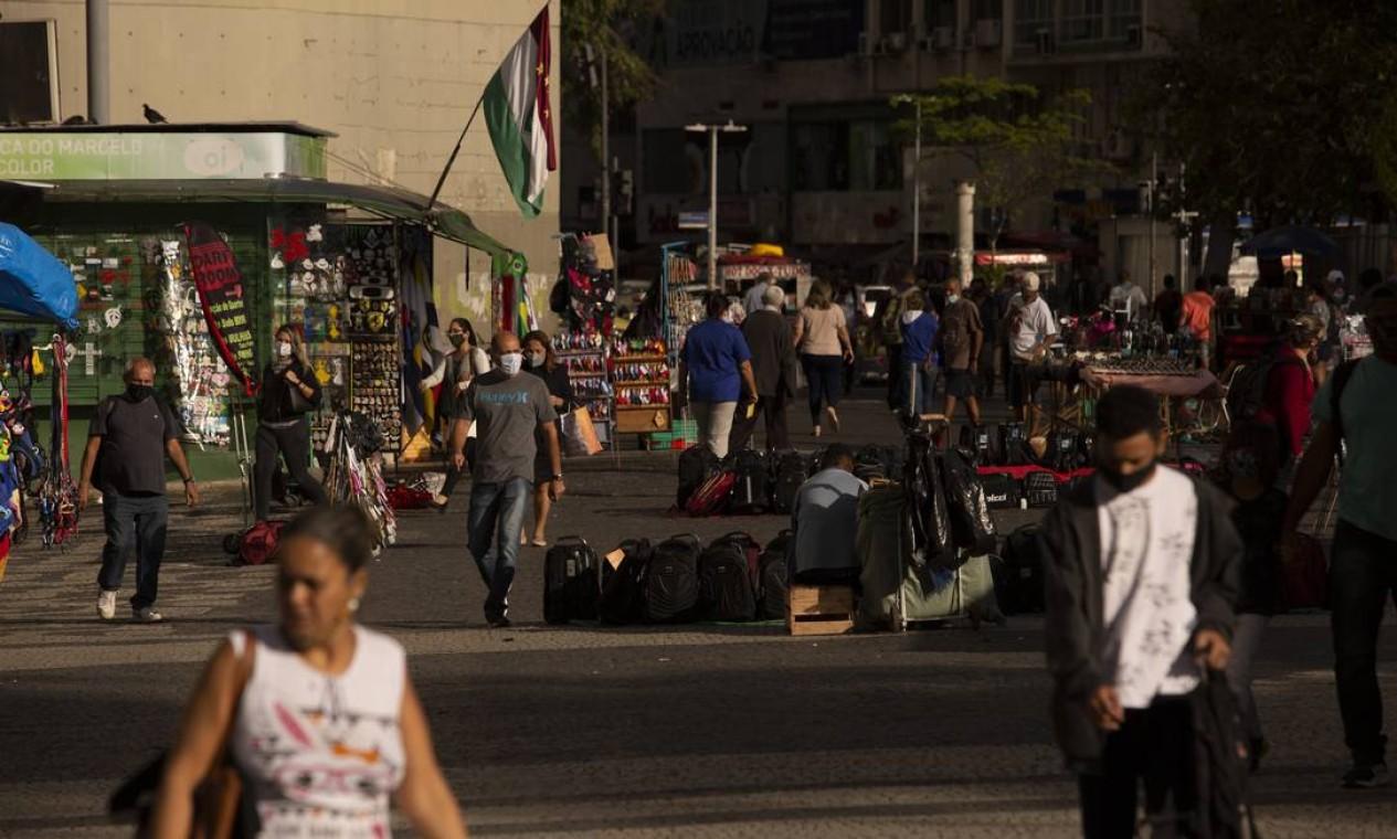 Movimentação de pedestres no Largo da Carioca nesta terça. De acordo com a taxa de contaminação atual, 100 pessoas contaminadas que saem na rua podem contaminar outras 118 Foto: Gabriel Monteiro / Agência O Globo