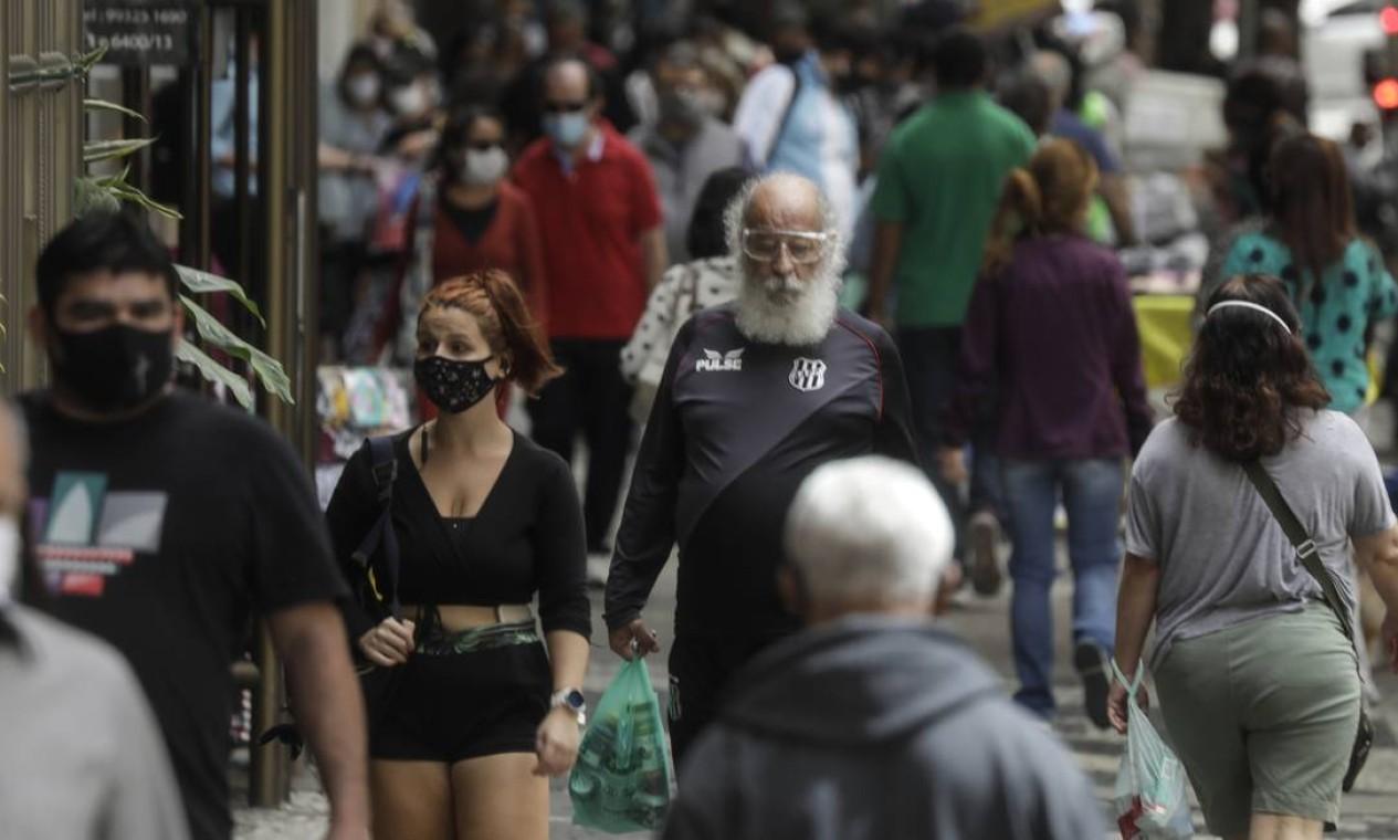 Calçadas cheias na Avenida Nossa Senhora de Copacabana. Com o relaxamento da quarentena, índices do coronavírus voltaram a crescer Foto: Gabriel de Paiva / Agência O Globo
