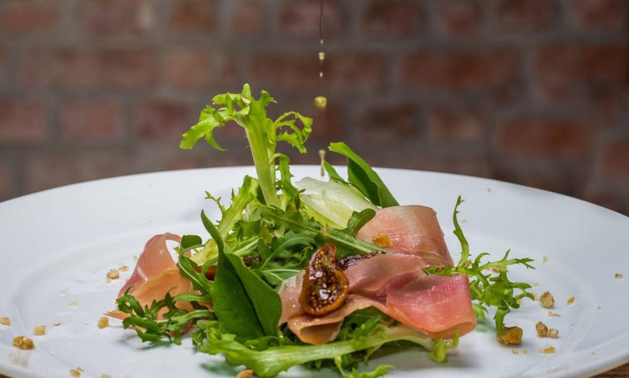 Anna. Salada de figos com presunto de Parma e nozes caramelizadas. R$ 70 Foto: Leticia Auler / Divulgação/Leticia Auler
