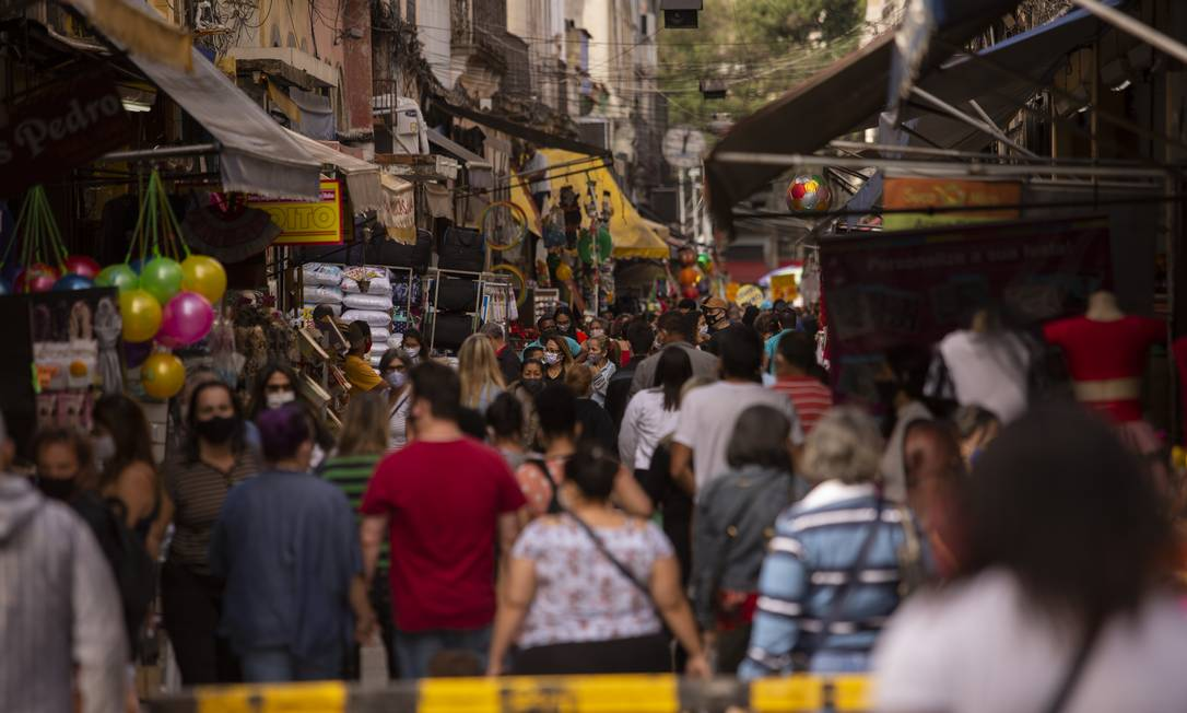 Rua da Alfândega lotada de pedestres em plena pandemia Foto: Gabriel Monteiro / Agência O Globo