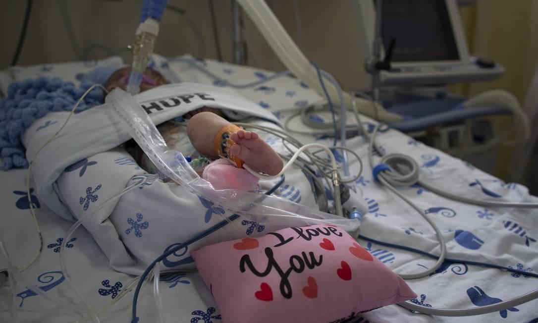 A bebê Gabriela, de 4 meses, que foi infectada pela Covid-19 ao se recuperar de uma cirurgia, em um hospital de Saquarema. Na foto, ela recebe cuidados na UTI pediátrica do Hospital Universitário Pedro Ernesto, no Rio. Foto: Márcia Foletto / Agência O Globo