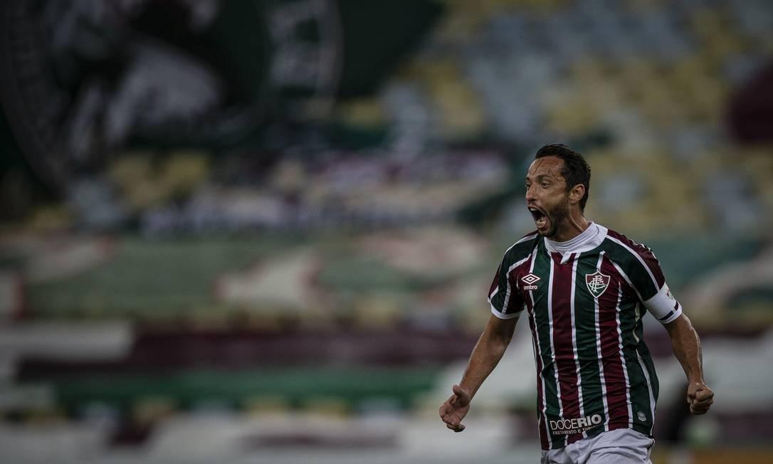 Nenê comemora um de seus três gols na vitória do Fluminense sobre Figueirense no Maracanã Foto: Alexandre Cassiano / Agência O Globo