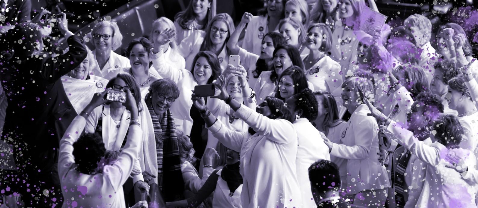 Congressistas, vestidas de branco em homenagem ao movimento sufragista feminino, posam para foto no Capitólio Foto: SAUL LOEB/Editoria de Arte / AFP/05-02-2019