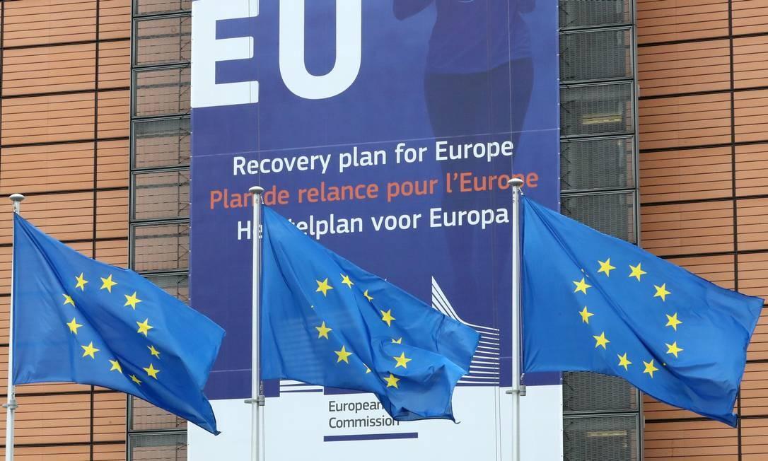 Bandeiras da UE diante da sede da Comissão Europeia, em Bruxelas, na Bélgica Foto: Yves Herman / REUTERS
