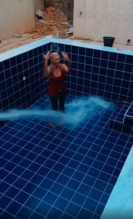 A felicidade de Maria quando o espaço começou a ser preenchido com água Foto: Reprodução/Instagram