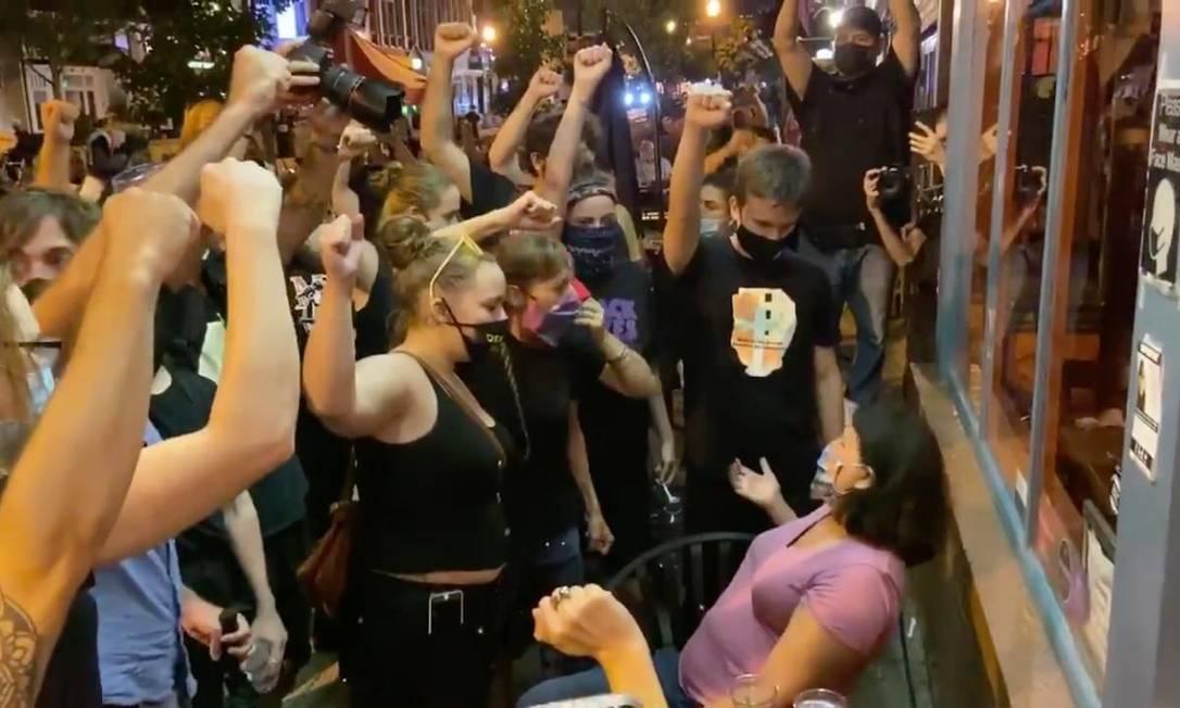 Manifestantes encurralam cliente branca para que levante o punho em protesto contra o racismo e a violência policial Foto: Reprodução