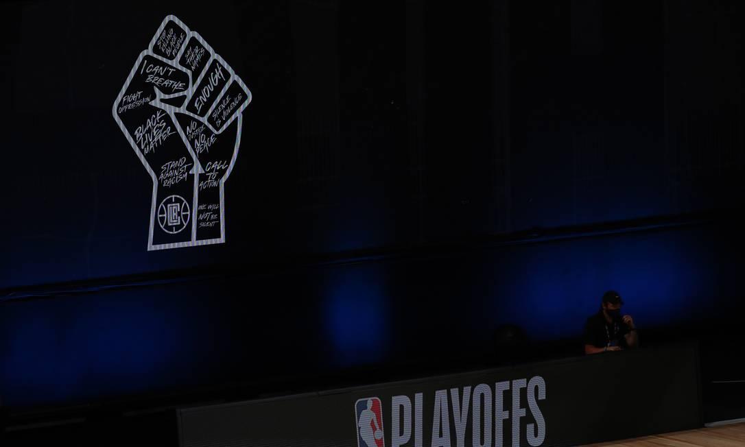 """Símbolo do movimento """"Vidas Negras Importam"""" na arena de basquete na bolha da NBA na Flórida Foto: Kim Klement / USA TODAY Sports"""