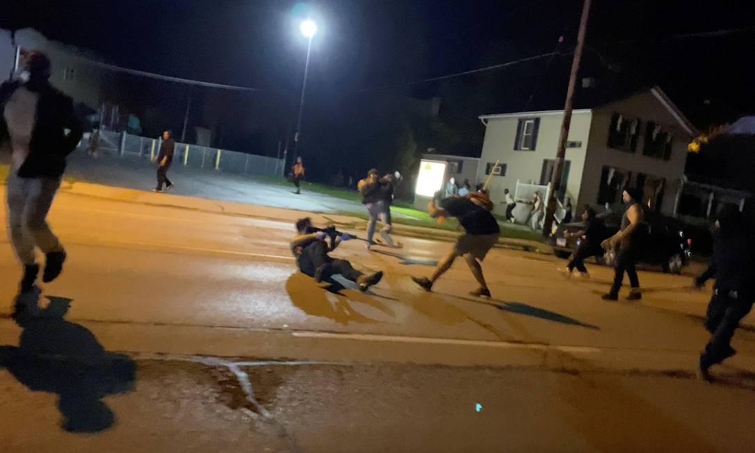 Kyle Rittenhouse (no chão) efetua disparos contra manifestantes em Kenosha, na noite do dia 25 de agosto Foto: BRENDAN GUTENSCHWAGER / BRENDAN GUTENSCHWAGER