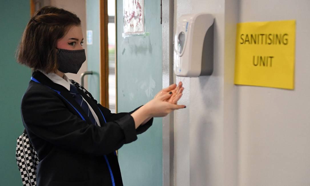 Aluna durante retorno às aulas na Holyrood Secondary School, em Glasgow Foto: ANDY BUCHANAN / AFP
