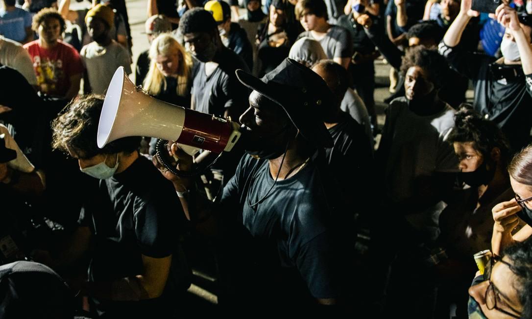 Manifestantes fazem homenagem a uma das duas vítimas baleadas na terça-feira, durante os protestos em Kenosha Foto: Brandon Bell / AFP