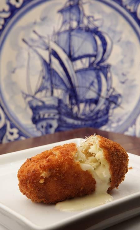 Bolinho de bacalhau recheado com queijo Serra da Estrela, da Gruta de Santo Antônio Foto: Agência O Globo