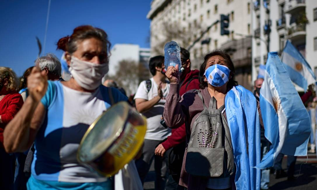 Manifestantes fazem panelaço em frente ao Congresso em Buenos Aires Foto: RONALDO SCHEMIDT / AFP