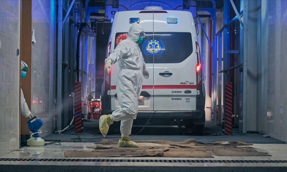 Cena do filme 'Coronation', de Ai Weiwei: desinfecção de um veículo de serviços de emergência Foto: Divulgação/Ai Weiwei Studios
