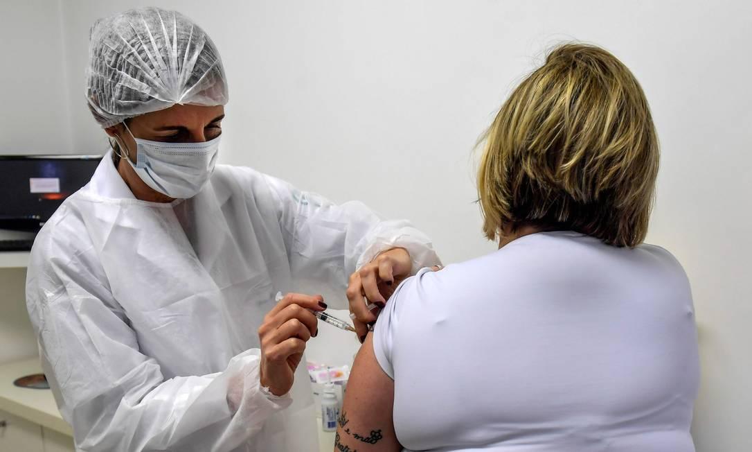 Voluntária recebe vacina contra Covid-19 da Oxford, em teste no Brasil. Foto: Nelson Almeida / AFP
