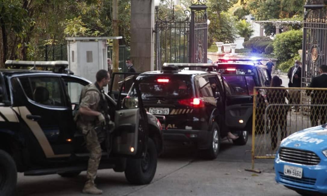 Equipes da Polícia Federal chegam ao Palácio Laranjeiras Foto: Gabriel Monteiro / Agência O Globo