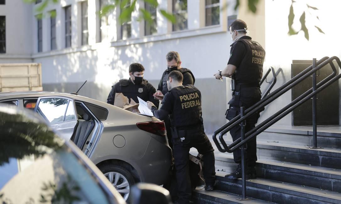 Agentes da Polícia Federal chegam à sede com material apreendido Foto: Marcia Foletto / Agência O Globo