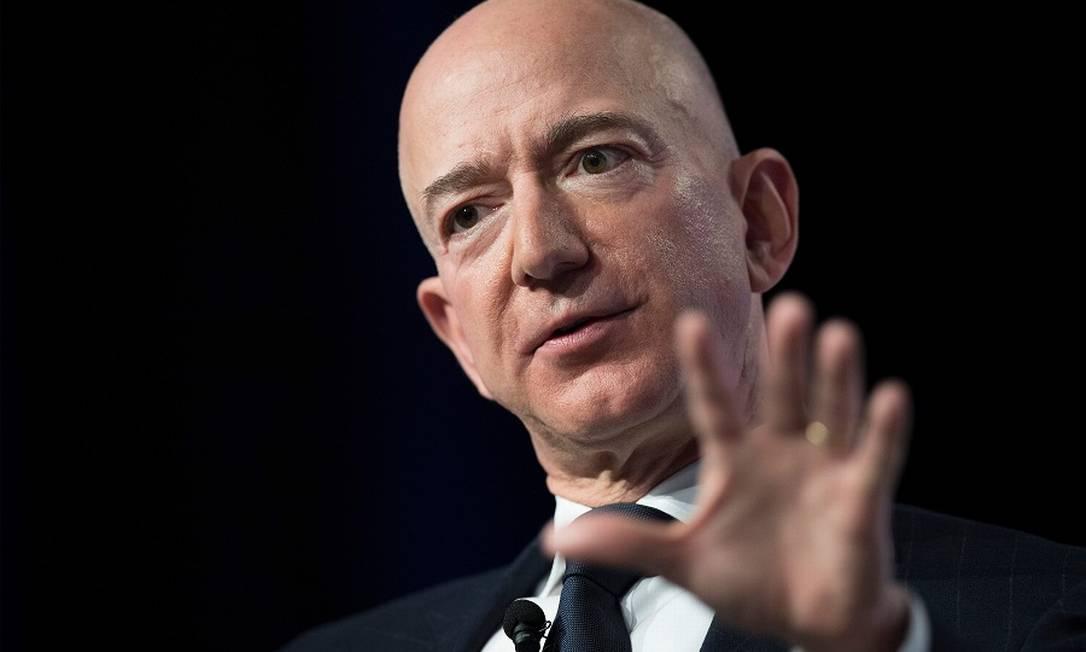 Bezos: protesto com guilhotin em frente a sua casa. Foto: JIM WATSON / AFP