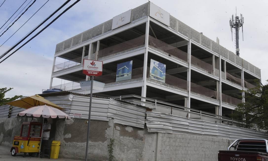 Obra de empreendimento em Piratininga: a construção foi o setor da economia mais afetado em julho Foto: Antonio Scorza / Agência O Globo
