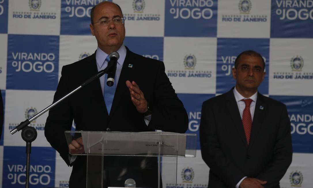 Witzel e Edmar Santos durante uma coletiva na pandemia da Covid-19, em 07.04.2020 Foto: Fabiano Rocha / O Globo
