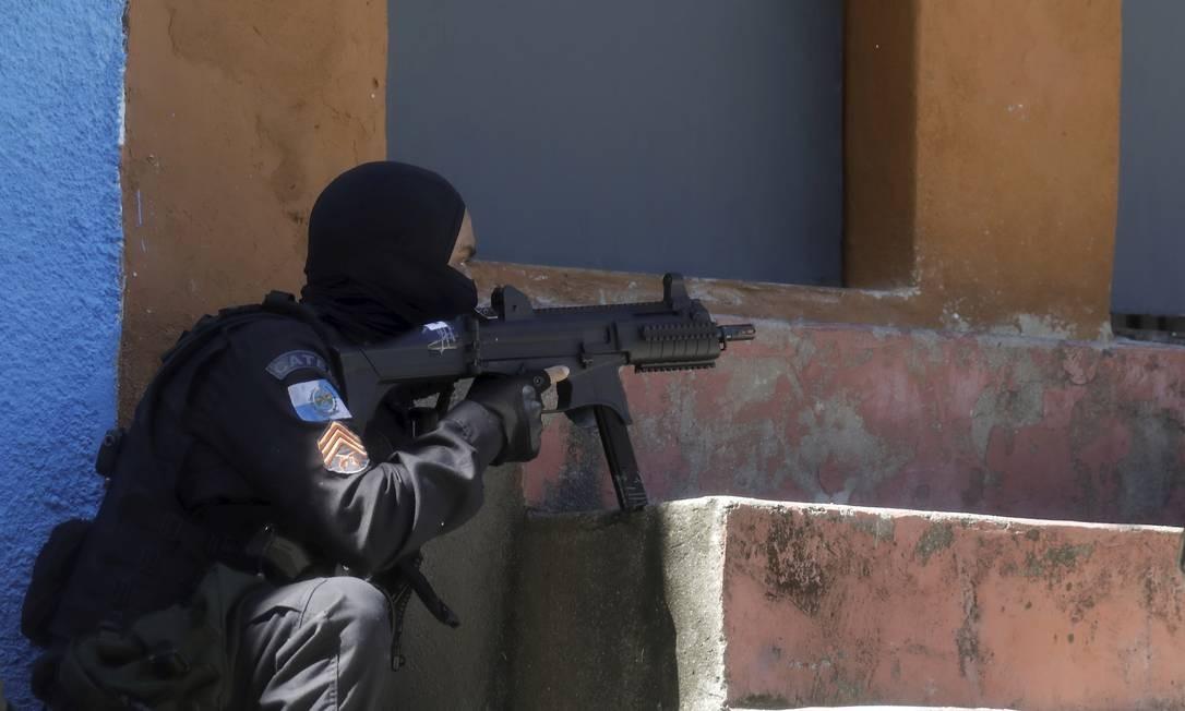 Policial militar durante tiroteio no Complexo de São Carlos Foto: Gabriel de Paiva / Agência O Globo