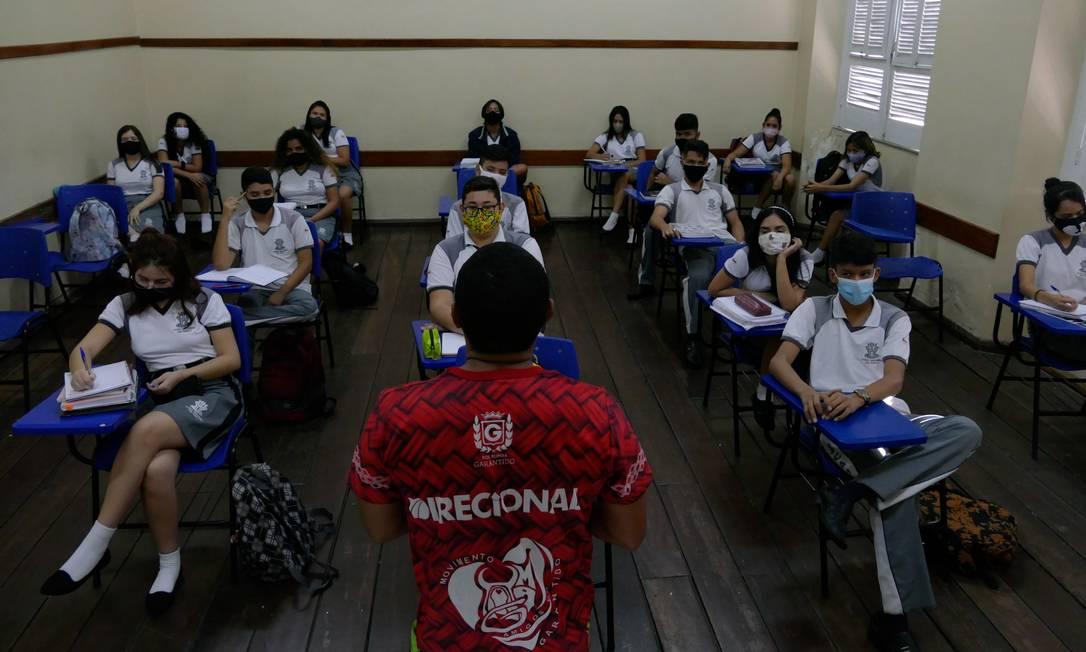 Alunos da Escola Estadual Dom Pedro II, em aulas presenciais, em Manaus, uma das primeiras redes a retomar atividades em sala de aula. Foto: Fotoarena / Agência O Globo