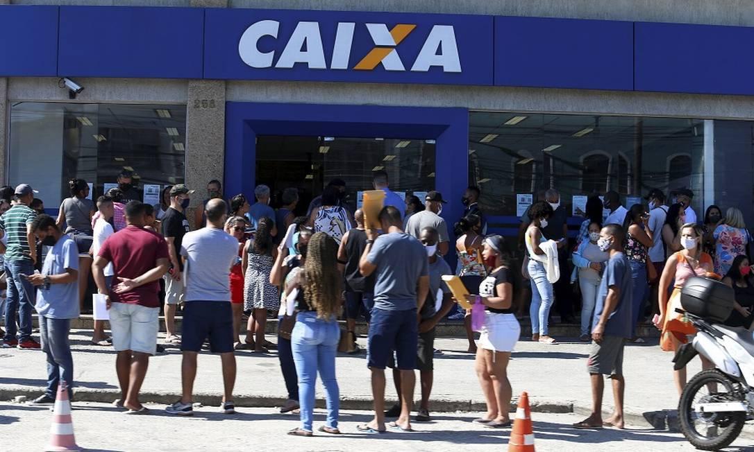 Fila de auxílio emergencial na Caixa Econômica. Foto: Fabiano Rocha / Agência O Globo