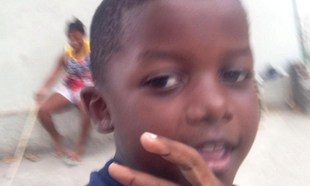 Menino Kaio, de apenas 8 anos, brincava quando foi atingido por bala perdida; ele foi operado e segue internado, com quadro estável Foto: Acervo pessoal