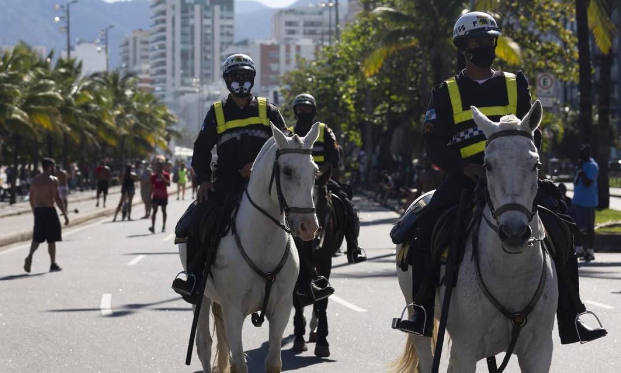 Policiais a cavalo fiscalizam a orla no Arpoador Foto: Leo Martins / Agência O Globo
