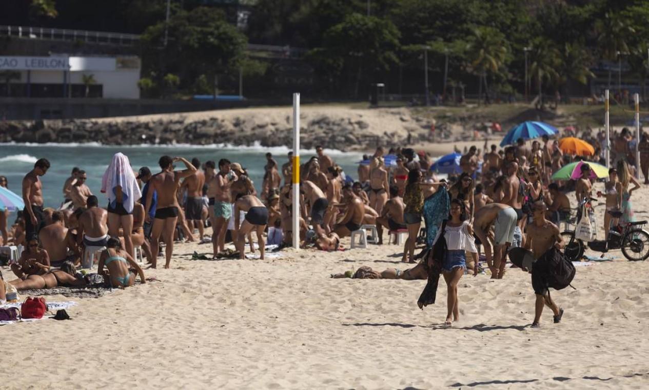 No Leblon, muita gente na areia e sem máscara Foto: Leo Martins / Agência O Globo