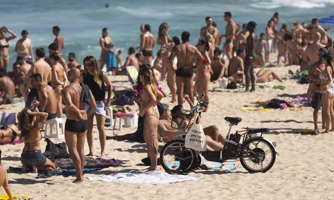 Movimento neste domingo em praia na Zona Sul do Rio Foto: Leo Martins / Agência O Globo