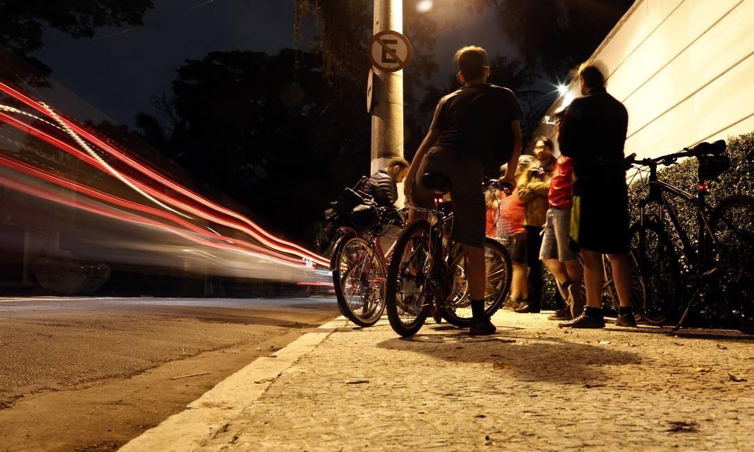Ciclistas encontram-se em rua da cidade de São Paulo: internações após acidentes continuaram altas mesmo no período de isolamento social Foto: Edilson Dantas / Agência O Globo