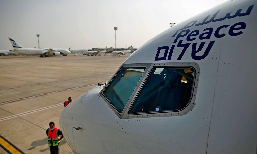 Avião da El Al com a palavra 'paz' escrita em três idiomas, se prepara para o primeiro voo entre Israel e os Emirados Árabes Unidos Foto: NIR ELIAS / AFP