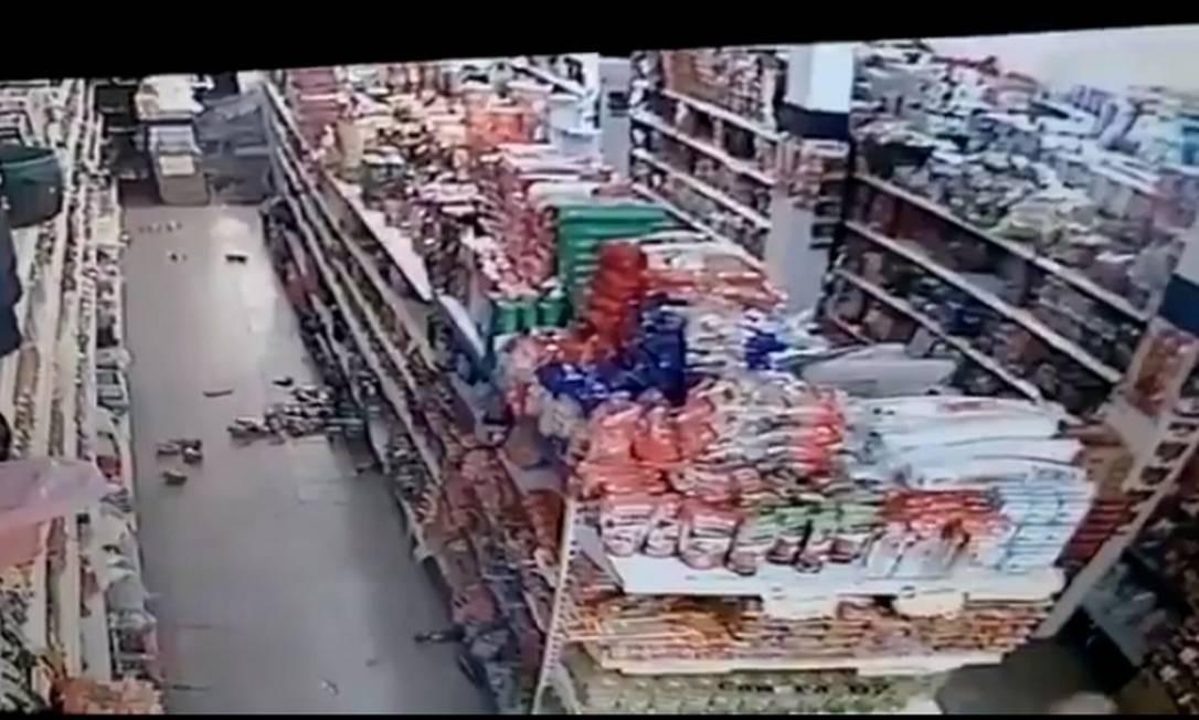Tremor lançou produtos de uma prateleira em supermercado ao chão Foto: Reprodução