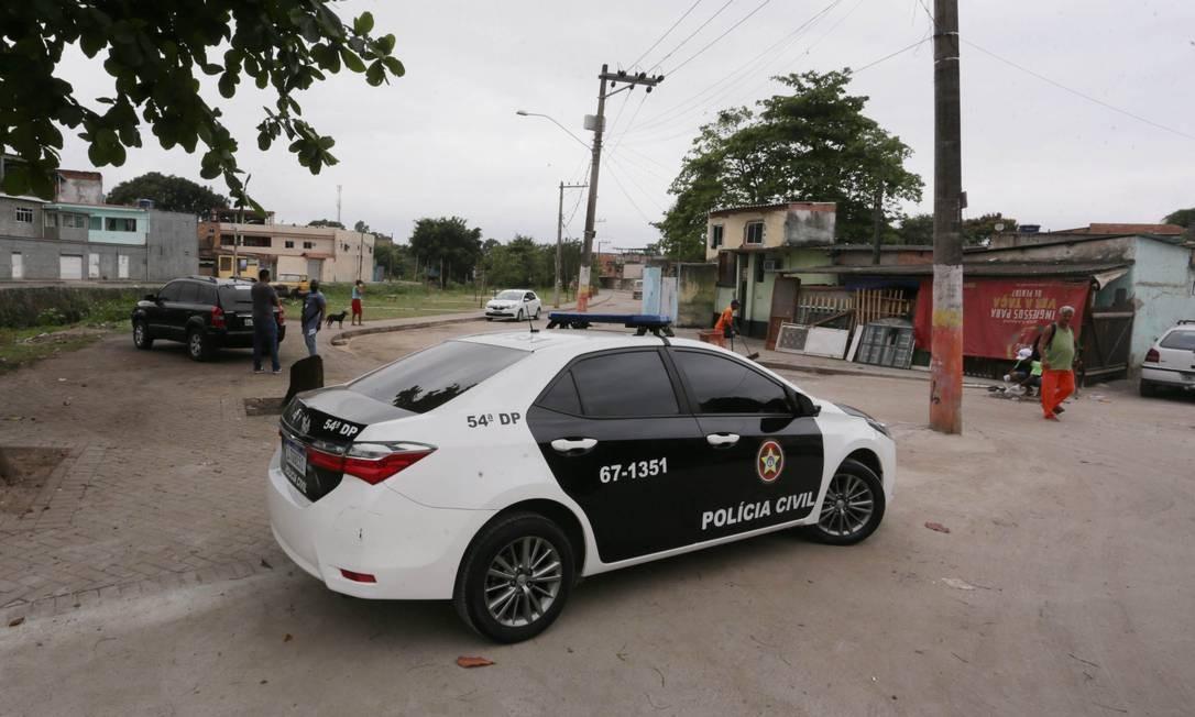 Policiais da 54ª DP (Belford Roxo) estiveram no local do crime atrás de imagens de câmeras Foto: Cléber Júnior / Agência O Globo