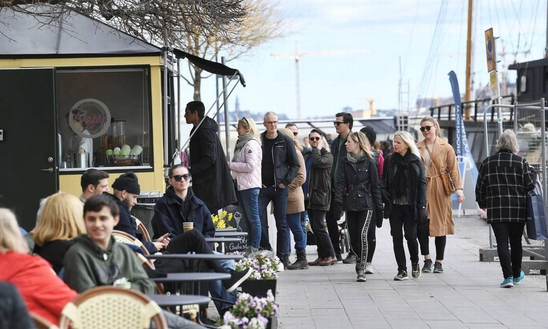 Atividades ao ar livre em Estocolmo. Na Suécia, decisão de não impor quarentena foi criticada por Organização Mundial da Saúde (OMS) e cobrou um preço da economia Foto: AFP/31-8-2020