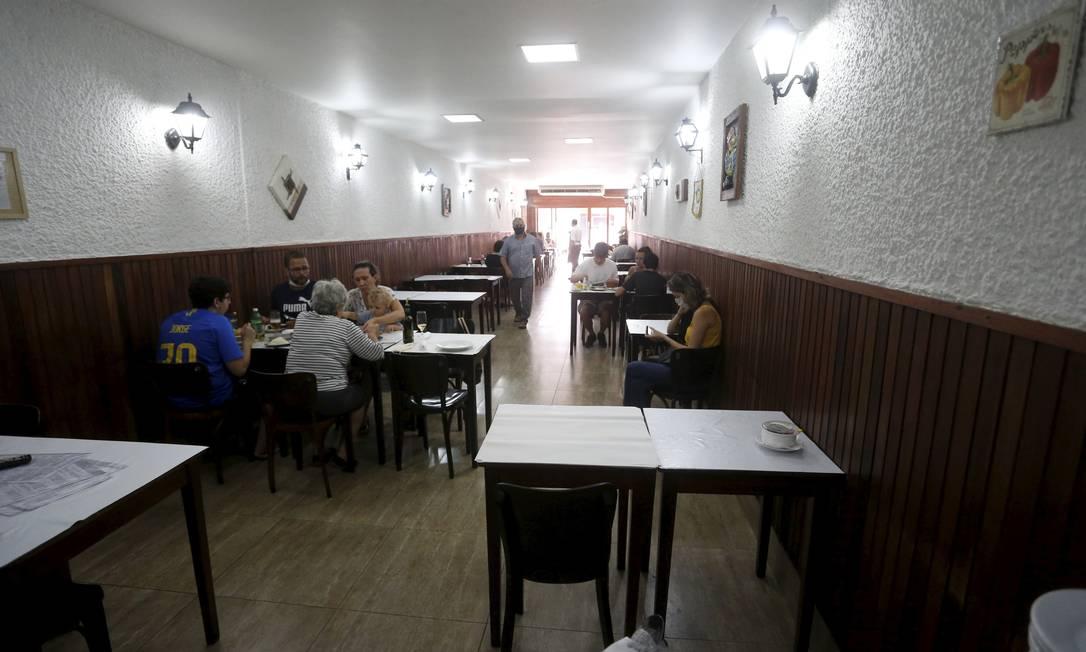 Restaurante em Botafogo, na Zona Sul do Rio, esvaziado na reabertura comercial. Com a pandemia, famílias gastam menos com serviços fora e poupam mais Foto: Fabiano Rocha / Agência O Globo/11-7-2020