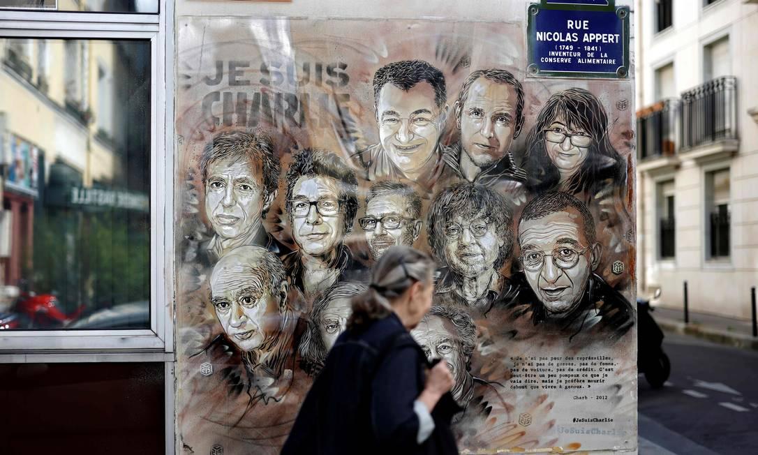 Homenagem do artista Christian Guemy, conhecido como C215, aos profissionais do Charlie Hebdo mortos em um atentando em 2015 Foto: Thomas Coex / AFP