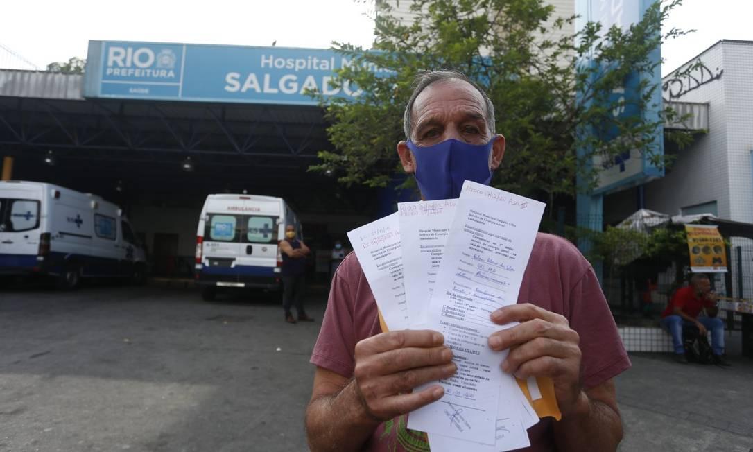 Rubem Ribeiro da Silva, de 65 anos, tenta retirar bolsa de colostomia desde 2018 Foto: Fabiano Rocha / Agência O Globo