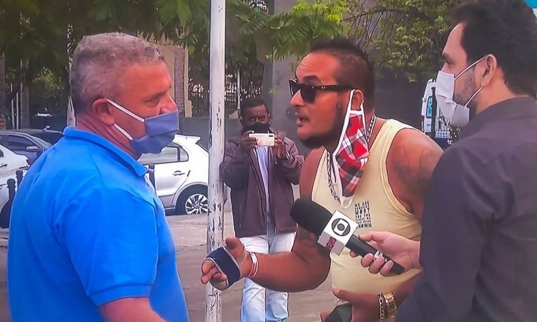 Funcionário (camisa azul) contratado pela prefeitura do Rio no esquema dos Guardiões do Crivella, segundo TV Globo Foto: Reprodução/TV Globo