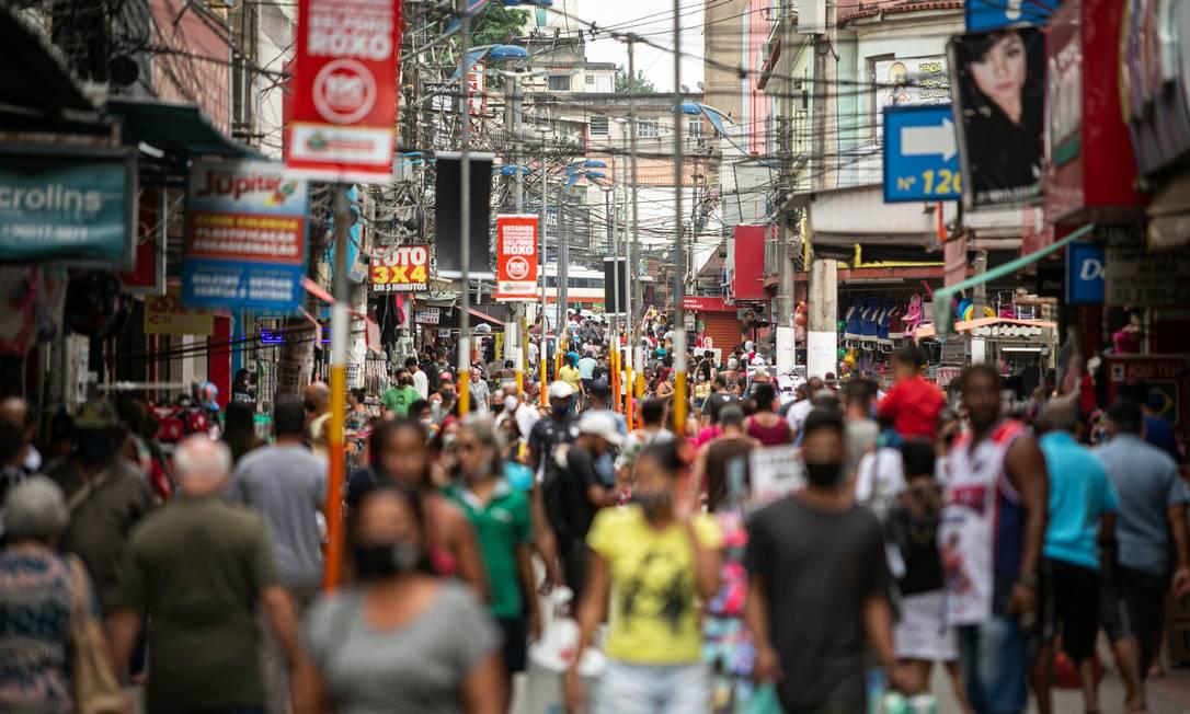 Calcadão de Belford Roxo, no estado do Rio de Janeiro, com forte movimento de pessoas. Foto: Hermes de Paula / Agência O Globo