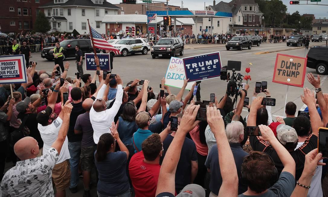 Apoiadores de Trump durante passagem da comitiva levando o presidente Foto: SCOTT OLSON / AFP