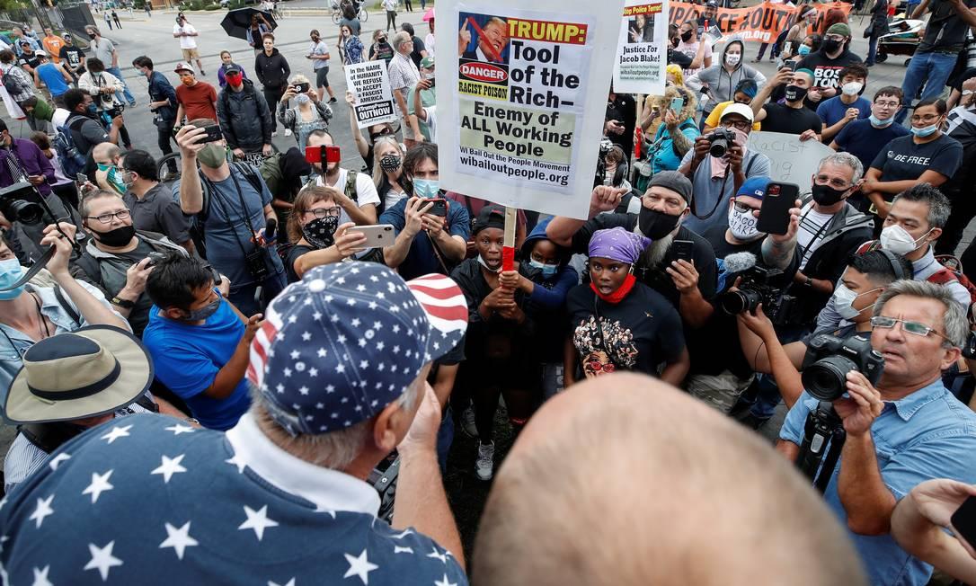 """Um apoiador de Trump troca palavras com manifestantes durante a visita do presidente Donald Trump, que voltou a defender ações policiais e chamou protestos de """"terrorismo doméstico"""" Foto: KAMIL KRZACZYNSKI / REUTERS"""
