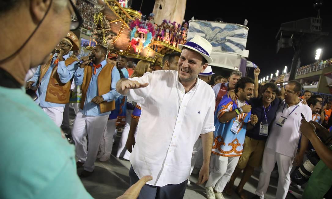 Eduardo Paes no desfile das campeãs do Carnaval de 2018: ex-prefeito pode ter vice ligada ao mundo do samba Foto: Bárbara Lopes / Agência O Globo