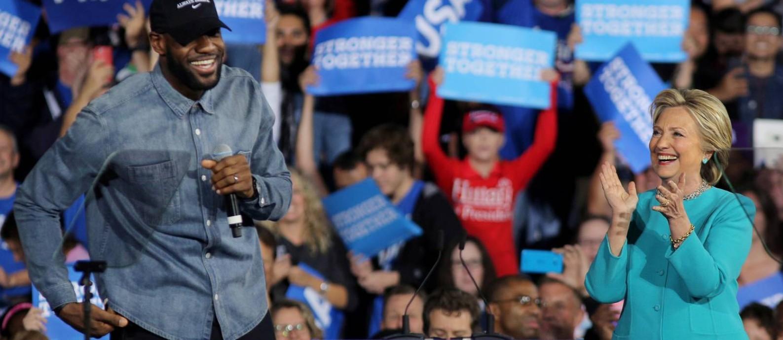 LeBron durante a corrida presidencial de 2016, ao lado de Hillary Clinton; em 2020, ele lidera movimento sobre importância de votar Foto: Carlos Barria / REUTERS