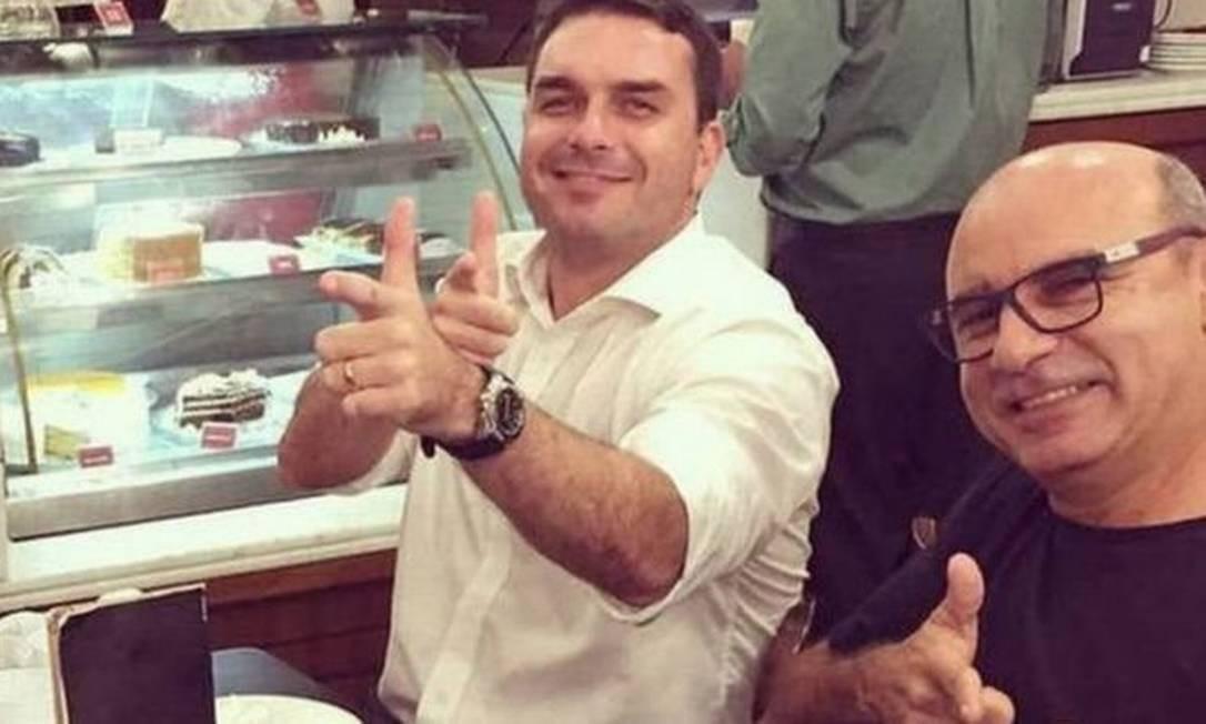 Flávio Bolsonaro ao lado de Fabrício Queiroz (à dir.), ex-motorista e ex-segurança do hoje senador Foto: Reprodução / Rede Social